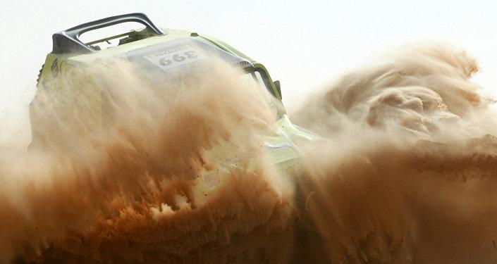 Imagen referencial de un todoterreno compitiendo en el Dakar 2009
