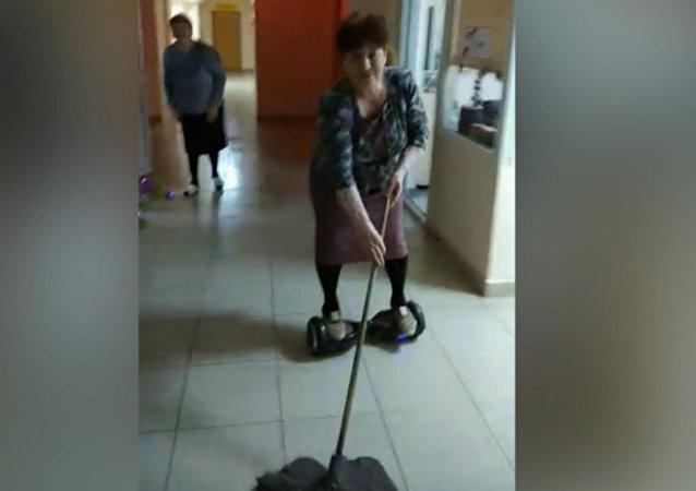 'Babushka' rusa extremadamente creativa limpia el suelo montando en un hoverboard