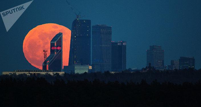 La Luna llena sobre Moscú (archivo)