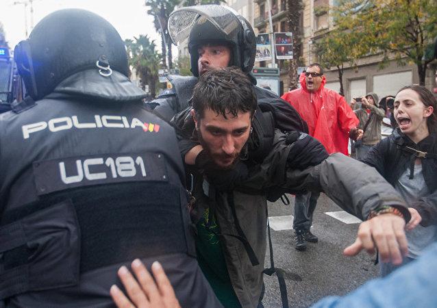Choques entre la policía y los participantes del referendum en Cataluña