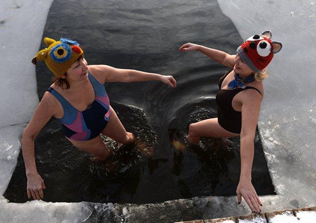 Los ortodoxos rusos celebran la Epifanía con un chapuzón en las aguas heladas