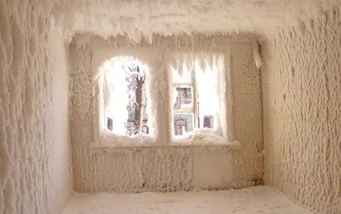 La magia del frío congela una casa entera en Rusia