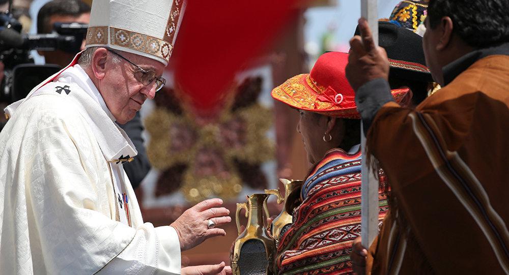 Papa celebra matrimonio durante vuelo a Iquique Internacional