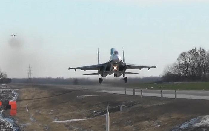 La increíble maestría de pilotos rusos en el primer aterrizaje en la carretera de la historia