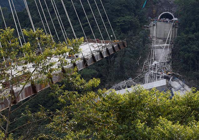 Puente caído en Colombia