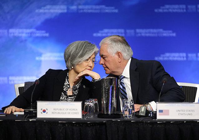 La ministra de Relaciones Exteriores de Corea del Sur, Kang Kyung-wha, y el Secretario de Estado de EEUU, Rex Tillerson, durante la reunión en Vancouver