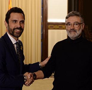 El presidente del Parlamento catalán, Roger Torrent, con el líder de la Candidatura d'Unitat Popular (CUP), Carles Riera