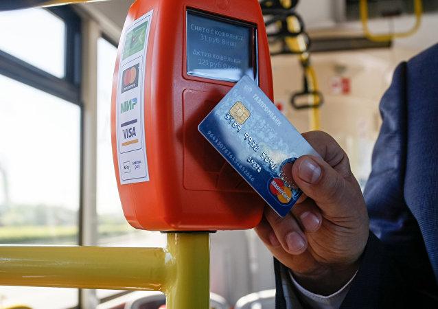 Pago por tarjeta en el autobús (imagen referencial)
