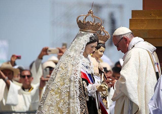 El papa Francisco celebra una misa en Perú.