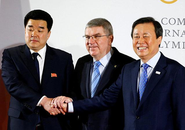 Presidente del Comité Olímpico Internacional, Thomas Bach, saluda las delegaciones de Corea del Sur y Corea del Norte