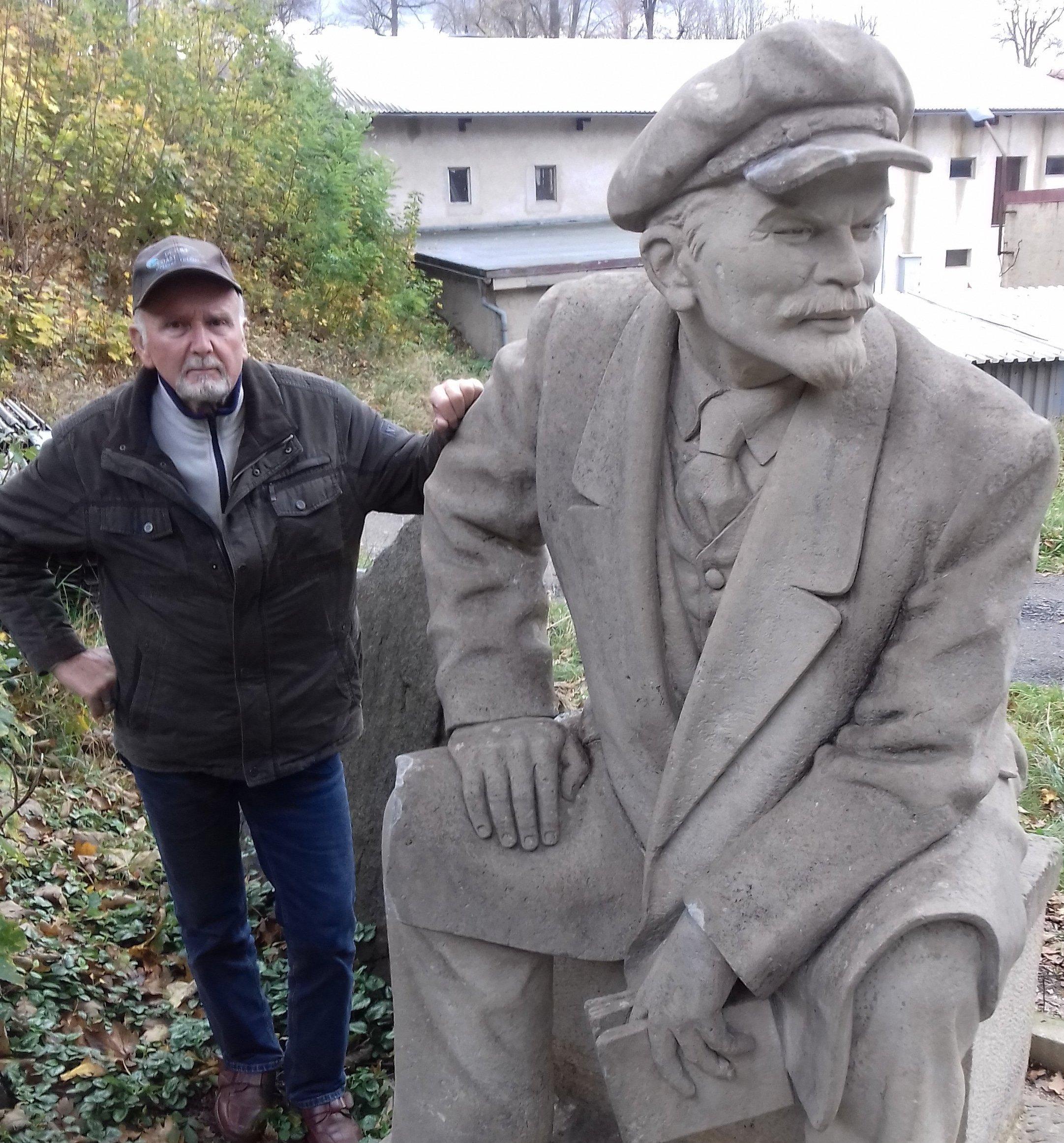Manfred Wagner junto a su escultura de Lenin