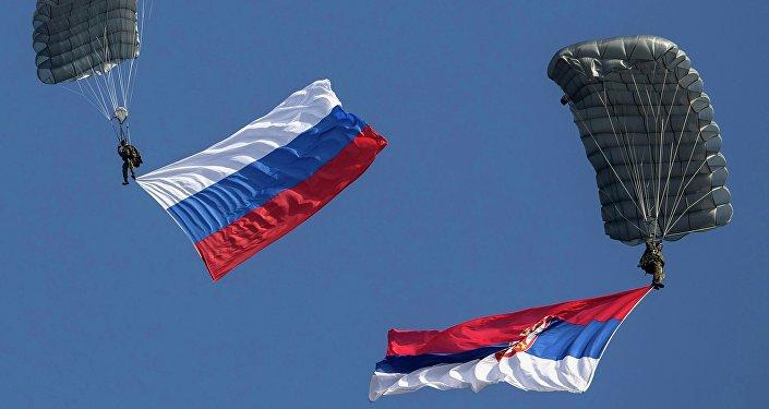 Paracaidistas con las banderas de Rusia y Serbia (archivo)