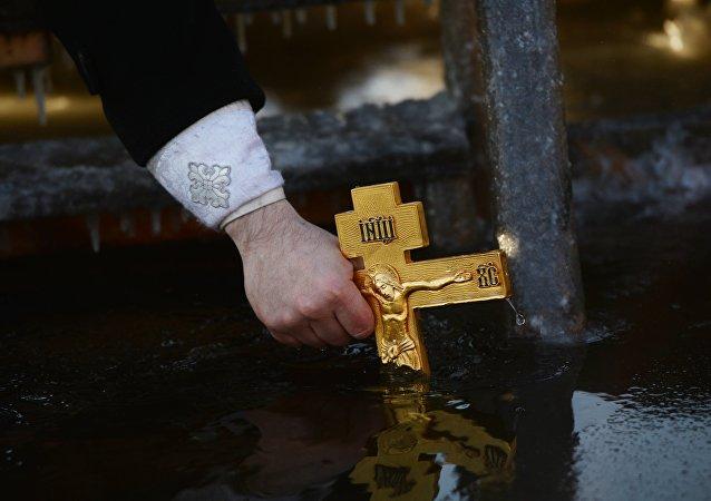 La antigua tradición ortodoxa de consagrar el agua durante la celebración de la Epifanía