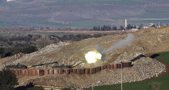 Artillería turca ataca posiciones kurdas en la región siria de Afrín, frontera entre Turquía y Siria