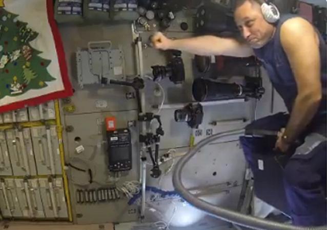 Diversión espacial: cómo montar 'a lomos' de una aspiradora en la EEI