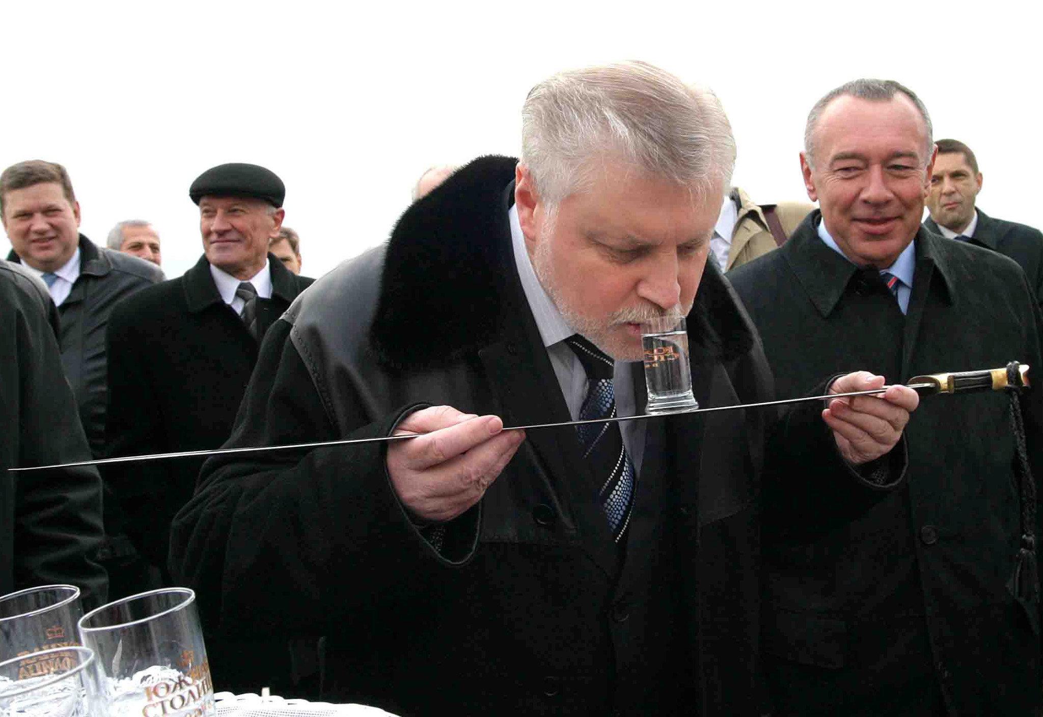 El expresidente del Consejo de la Federación —Cámara Alta del Parlamento—Serguéi Mirónov bebe un vaso de vodka a la manera cosaca —de una espada 'shashka'— durante su visita a la región de Rostov en 2005