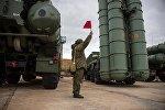 Un soldado ruso junto al sistema de defensa antiaérea ruso S-400 Triumf (imagen referencial)