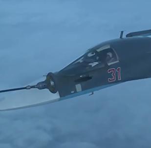Los pilotos rusos de los Su-34 realizan una difícil maniobra de repostaje