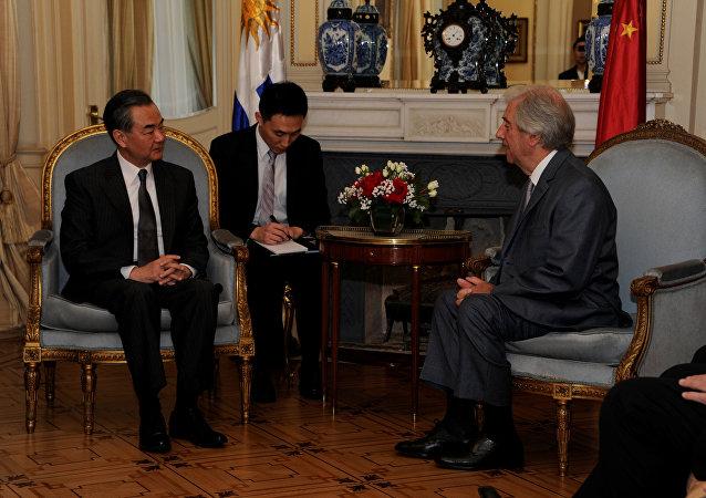 El presidente de Uruguay, Tabaré Vázquez, recibe a la delegación oficial de China que visita el país, liderada por su canciller, Wang Yi