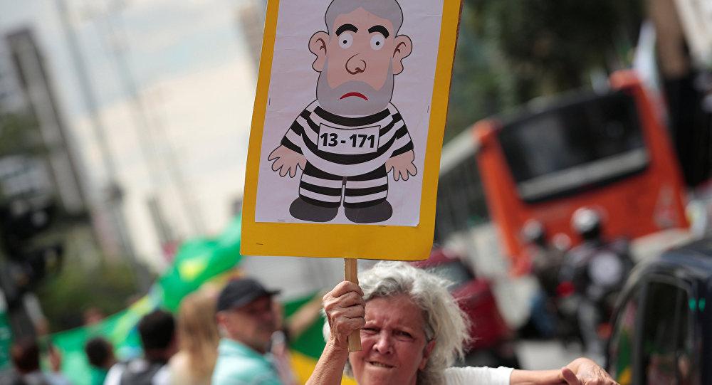 Un cartel con un imagen del expresidente Luiz Inácio Lula da Silva