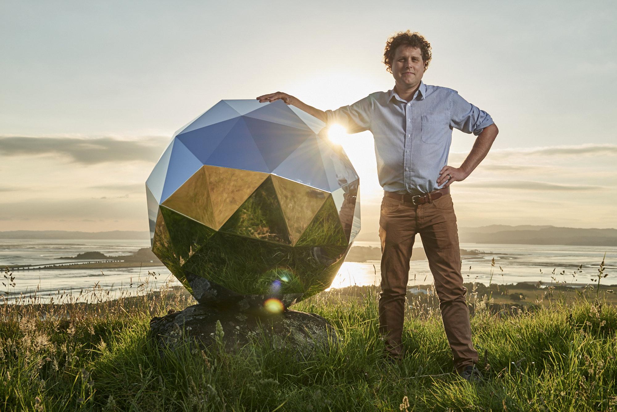 'Humanity Star' —'Estrella de la Humanidad'— y su creador Peter Beck