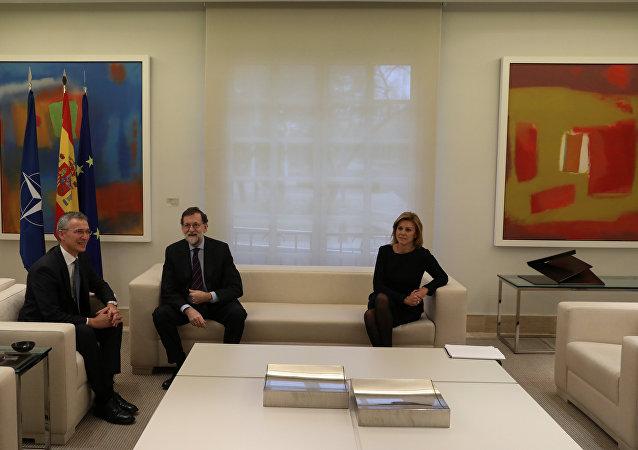 El secretario general de la OTAN, Jens Stoltenberg, el presidente del Gobierno español, Mariano Rajoy y la ministra de Defensa de España, María Dolores de Cospedal