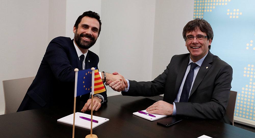 El presidente del Parlamento de Cataluña, Roger Torrent y el expresidente del Gobierno catalán, Carles Puigdemont, en Bélgica (archivo)