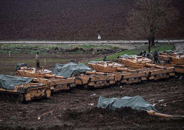 Los tanques Leopard turcos de producción alemana en la frontera entre Turquía y Siria