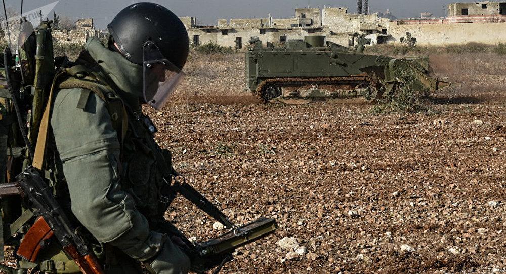 Un zapador ruso manejando un robot de desminado pesado Uran-6 en Siria (archivo)