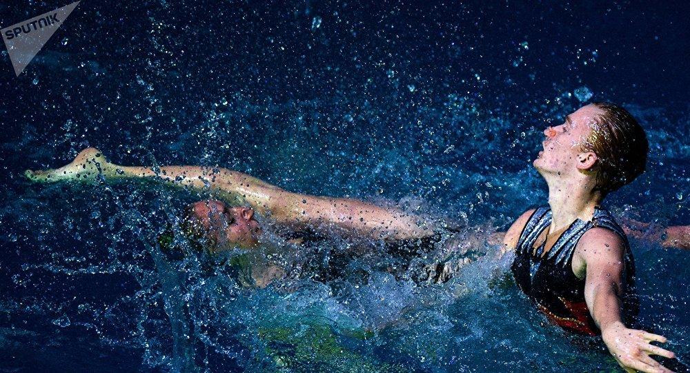 El único nadador sincronizado de Rusia muestra sus habilidades con su compañera