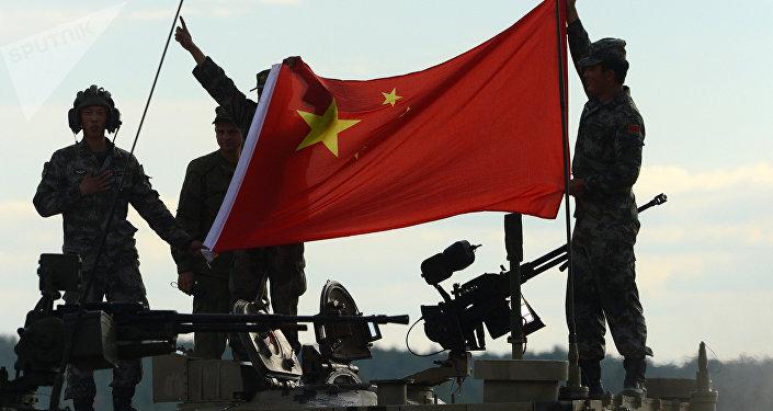 Los militares chinos con la bandera del país