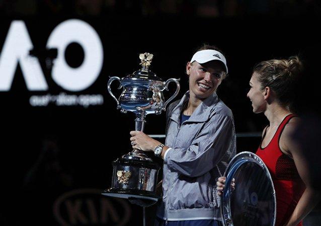 La tenista danesa Caroline Wozniacki gana el final del Open de Australia en Melbourne al superar a su rival, la rumana Simona Halep