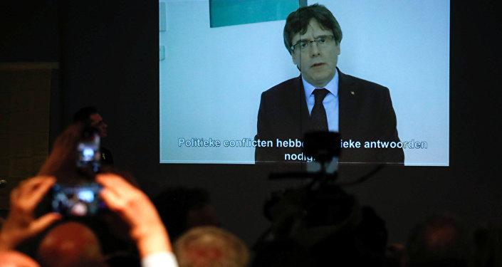 El expresidente del Gobierno catalán, Carles Puigdemont, en la pantalla de una tele