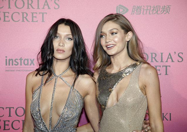 Bella Hadid (izda.) y Gigi Hadid (rcha.) antes del show Victoria's Secret, Paris, Francia, 30 de noviembre de 2016