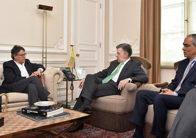 El jefe de la delegación de paz del Gobierno colombiano, Gustavo Bell con Juan Manuel Santos, presidente de Colombia