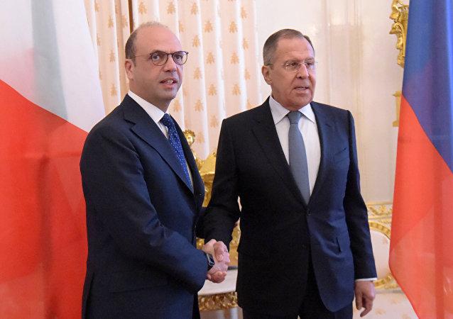 Angelino Alfano, ministro de Exteriores de Italia, con su par ruso Serguéi Lavrov