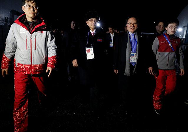 Atletas norcoreanos llegan a la aldea olímpica en Gangneung, Corea del Sur