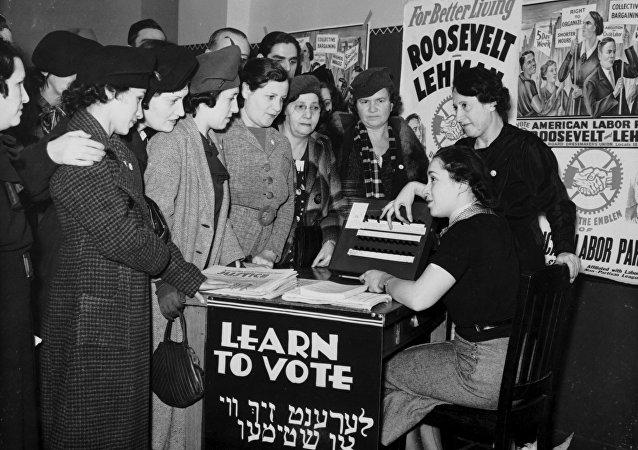 Mujeres se enseñan a votar en EEUU en 1935