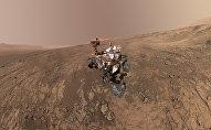 Este autorretrato del rover Curiosity de la NASA muestra el vehículo en la cresta Vera Rubin. Justo detrás del rover empieza una pendiente arcillosa que los científicos están ansiosos por comenzar a explorar. En la próxima semana, Curiosity comenzará a subir esta cuesta.