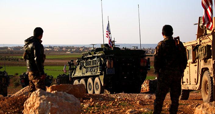 Una caravana de las fuerzas de EEUU cerca de la ciudad de Manbij en Siria (archivo)