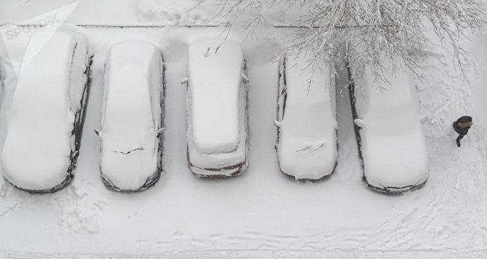Unos autos cubiertos de nieve en la capital rusa