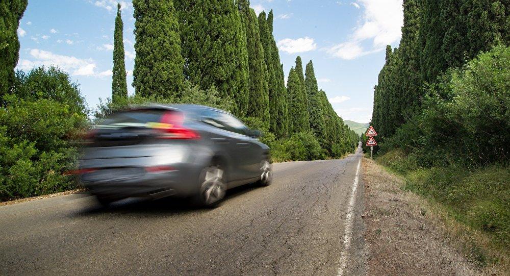Un coche en la carretera (emagen referencial)