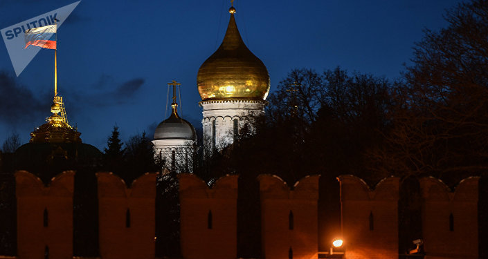 La bandera de Rusia en el Kremlin de Moscú