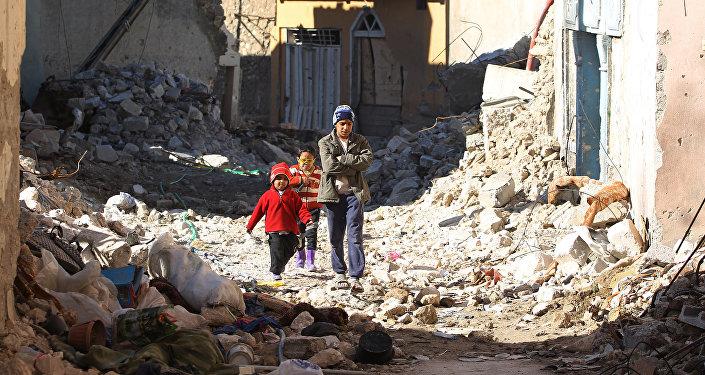 Niños iraquíes entre las ruinas de la ciudad de Mosul