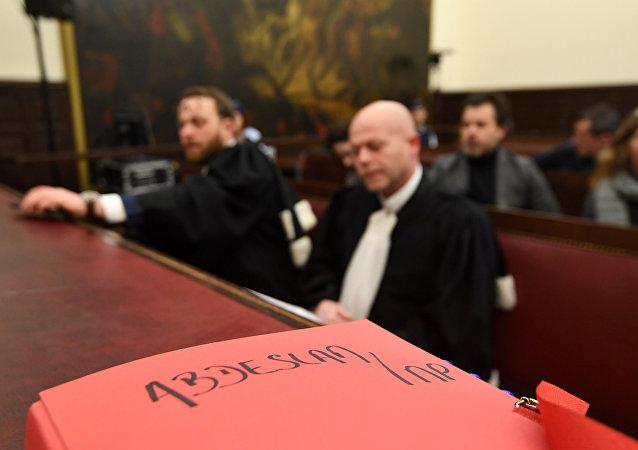 Los abogados del atacante de París, Salah Abdeslam, durante la primera audiencia en su contra