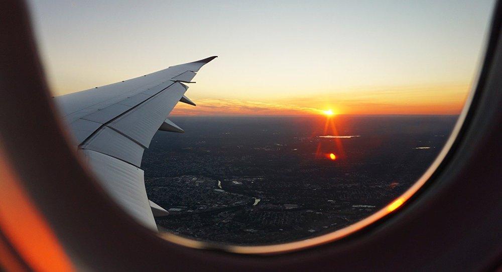 Puesta de sol vista desde un avión (imagen referencial)