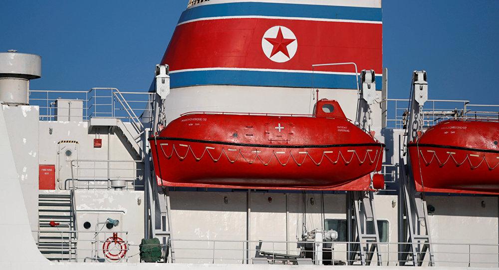 Un barco con la bandera de Corea del Norte