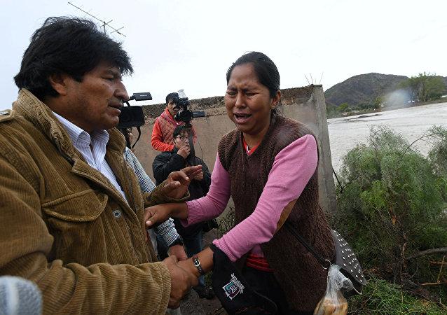 El presidente de Bolivia, Evo Morales, con los afectados por desastres naturales en el país