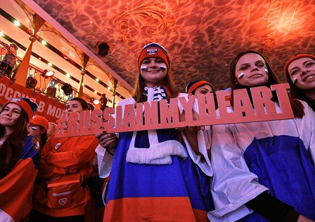 Los rusos con la tableta Rusia en mi corazón