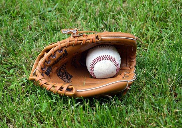 Pelota y guante de béisbol (archivo)